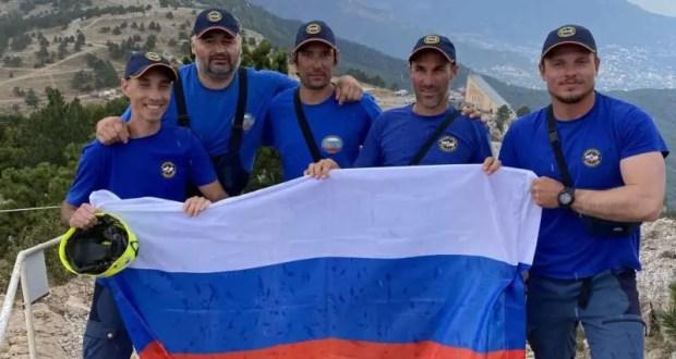 В День Государственного флага Российский триколор развевается на вершине горы Ай-Петри