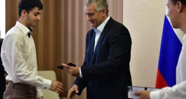 Сергей Аксёнов вручил студенческие билеты крымским абитуриентам, поступившим во ВГИК