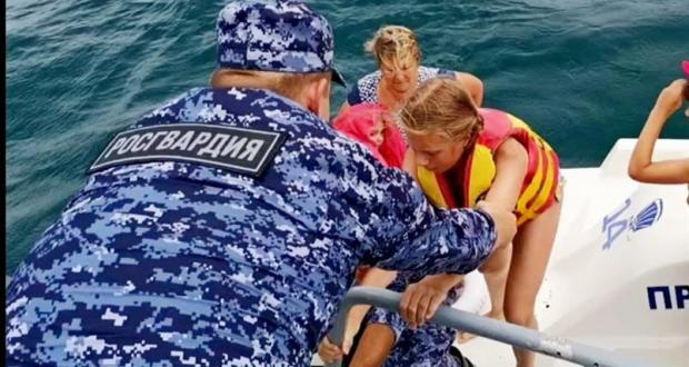 В Крыму спасли семью, попавшую в шторм на пляжном катамаране
