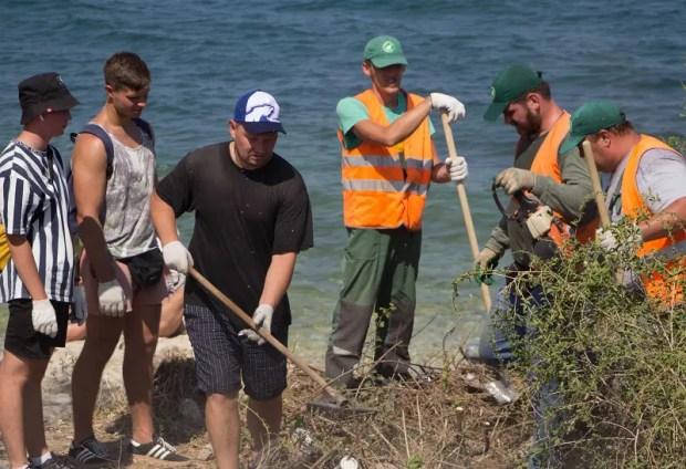 В Севастополе активисты Ленинского района убрали пляж в Карантинной бухте
