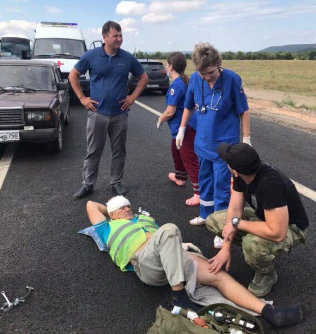 В Севастополе офицеры Росгвардии помогли дорожному рабочему, пострадавшему в ДТП на трассе «Таврида»