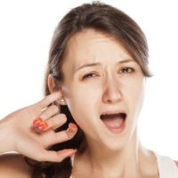 Горит правое ухо: приметы на каждый день для женщин, мужчин и детей