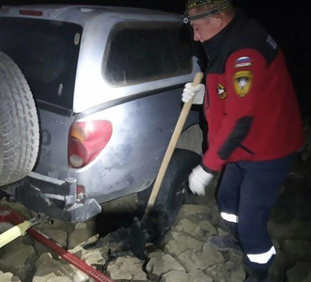 Пикап повышенной проходимости увяз на дне пересохшего озера вблизи горы Клементьева