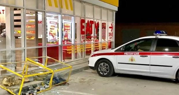 Бывает же такое… Ночью голый мужик устроил дебош на АЗС в Керчи и повредил три автомобиля