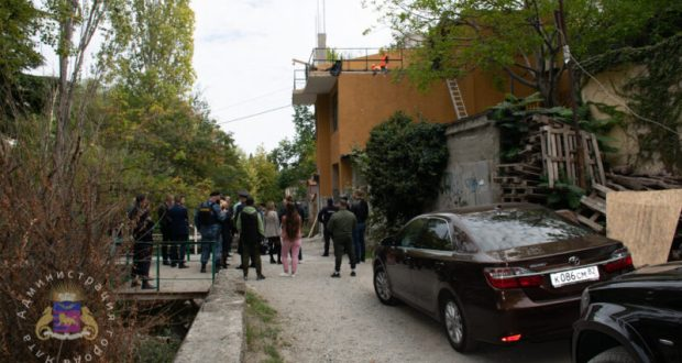 В Ялте демонтируют очередное самовольное строение