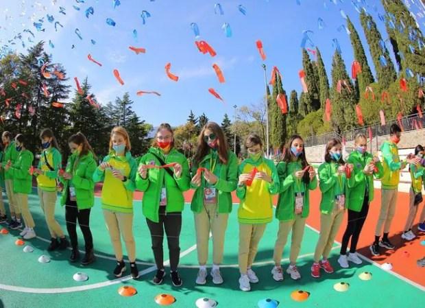 В День народного единства в «Артеке» дети создали большой парящий флаг России