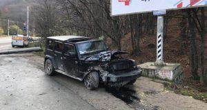 ДТП на трассе «Симферополь – Ялта». Джип «победил» бетонный столб