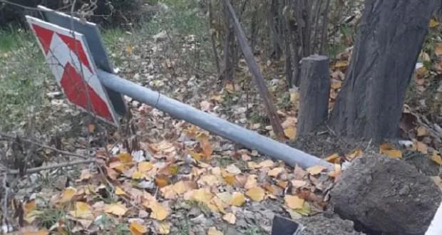 В Инкермане неизвестные повалили дорожные знаки и сигнальные столбики