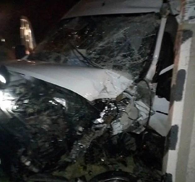 Ночное ДТП в Перевальном: микроавтобус врезался в столб