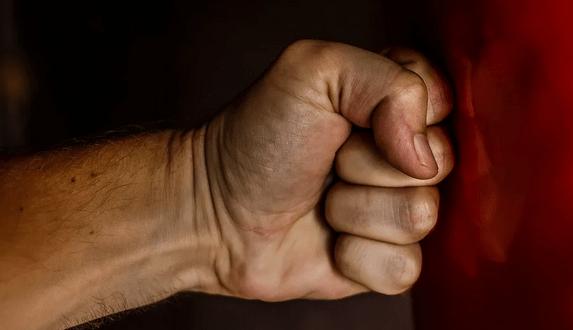 Жена изменила с другом - муж жестоко избил обидчика. Происшествие в Красноперекопске