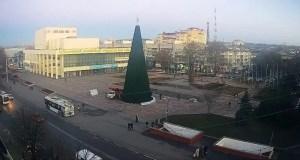 В Симферополе новогодняя ёлка – модный нынче конус. Говорят, будет красиво