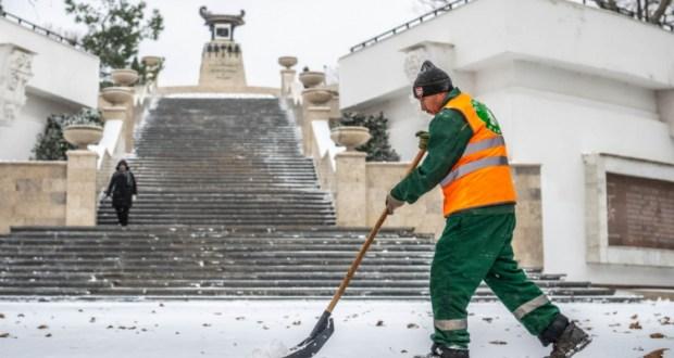 В очистке Севастополя от снега задействованы все коммунальные службы