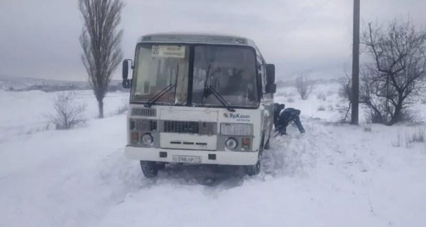 Под Феодосией в снегу застрял автобус с пассажирами