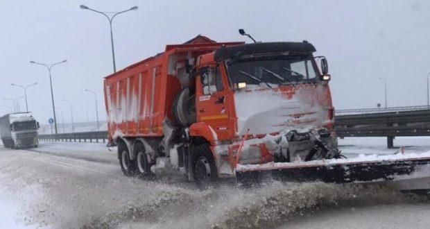 В Крыму все еще расчищают дороги. От Белогорска до Керчи ограничено движение по трассе «Таврида»