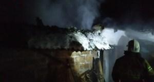 Пожар в с. Красное - горели гараж и автомобиль