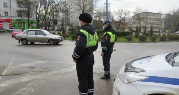 И так бывает: у ВАЗа... отвалилось колесо - на помощь пришли инспекторы ДПС. Инцидент в Керчи