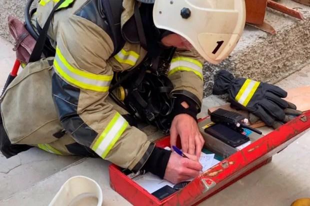 В Симферополе спасатели ликвидировали условный пожар в студенческом общежитии