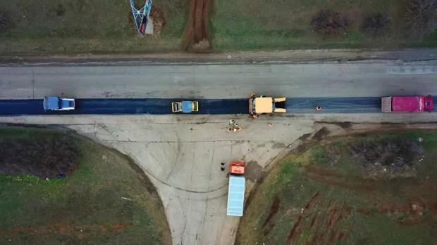 Погода позволила начать укладку асфальтобетона на дорогах в Крыму