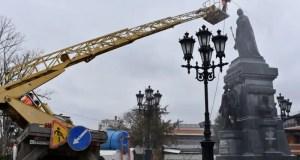 В Симферополе - весенняя уборка парков и скверов. Начали коммунальщики с Екатерининского сада