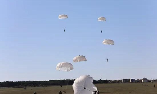 Разведчики Черноморского флота выполнили парашютные прыжки с вертолета