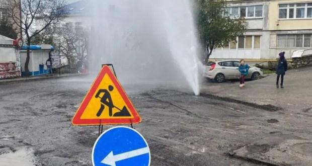 В Ялте из-под асфальта забил фонтан, к сожалению, вполне рукотворный