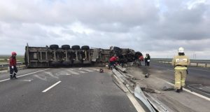 ДТП на трассе «Таврида» - фура «легла на бок» и перегородила дорогу