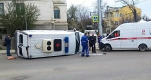 """ДТП в Севастополе: перевернулся автомобиль """"скорой помощи"""""""
