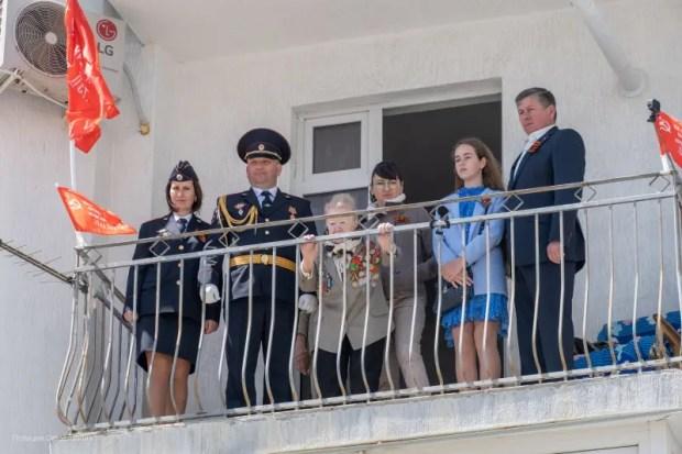 В Севастополе полицейские и кадеты организовали парад и праздничный концерт у дома ветерана