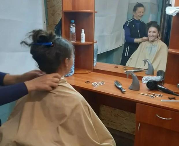 Социальная парикмахерская «Добровольца» в Орлином: очередной приезд мастера в село