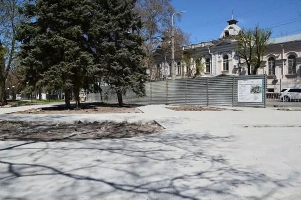 В Симферополе продолжается благоустройство сквера Сергия Радонежского