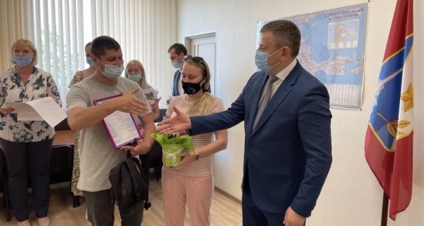 В Севастополе молодым семьям вручили сертификаты на приобретение жилья