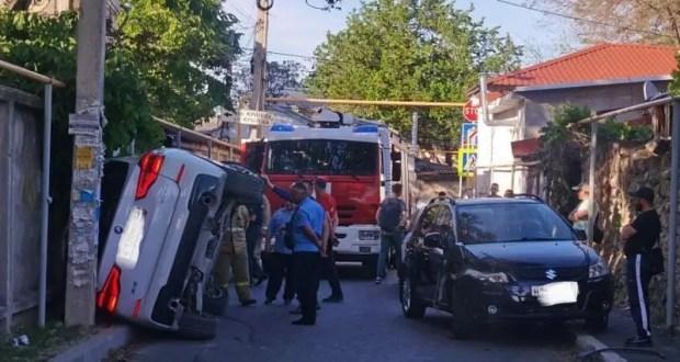 Нелепое ДТП в Симферополе: BMW «прилег» на бок, а работать пришлось спасателям