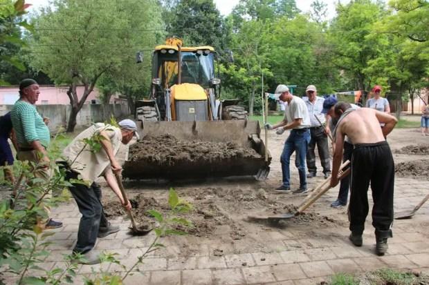 В Керчи продолжается масштабная уборка улиц и дворов, попавших в зону потопления