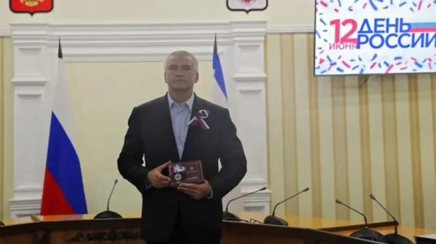 Ко Дню России в правительстве Крыма вручали награды и паспорта граждан РФ