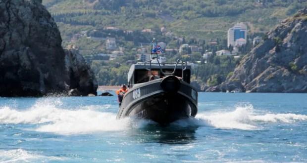 В Крыму экипаж патрульного катера Росгвардии пришёл на помощь туристу