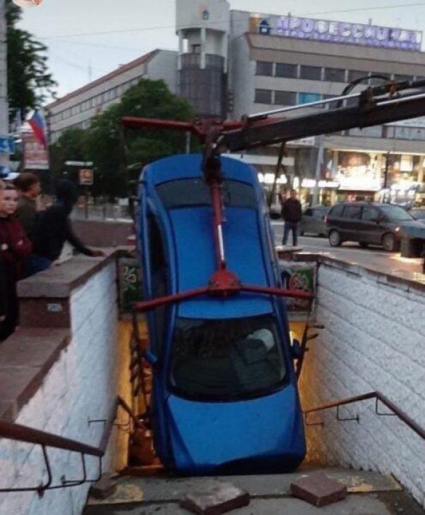 Ночное ДТП в центре Симферополя: авто «провалилось» в подземный переход