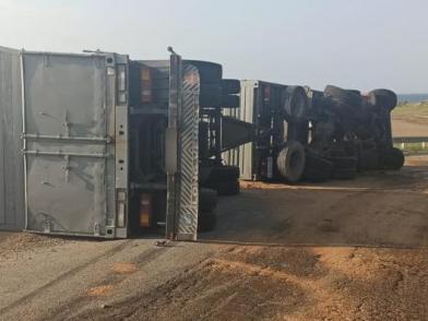ДТП в Ленинском районе Крыма: опрокинулся КАМАЗ, пострадал водитель грузовика