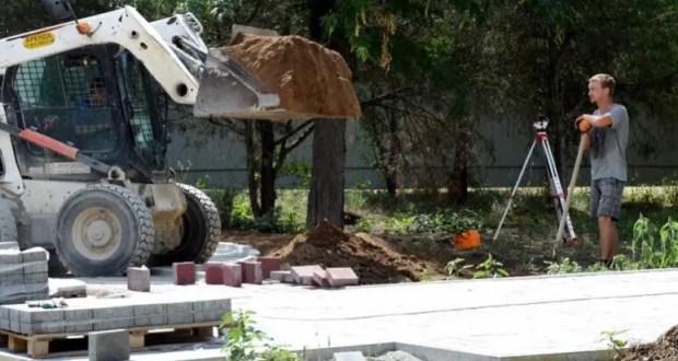 В парке им. Фрунзе в Евпатории строят детскую площадку