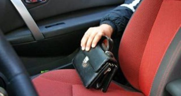 Жарко, но окна в авто нужно закрывать, даже если «выскочил на минуточку». Случай в Севастополе