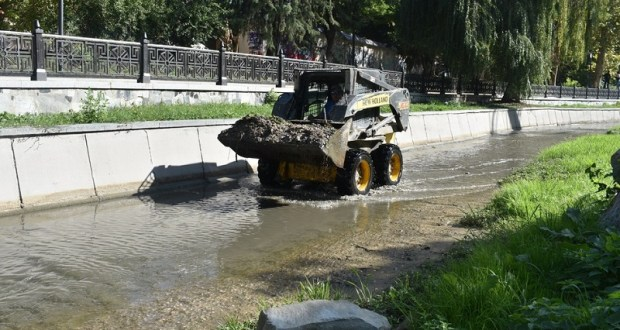 В Симферополе продолжается очистка русла реки Салгир