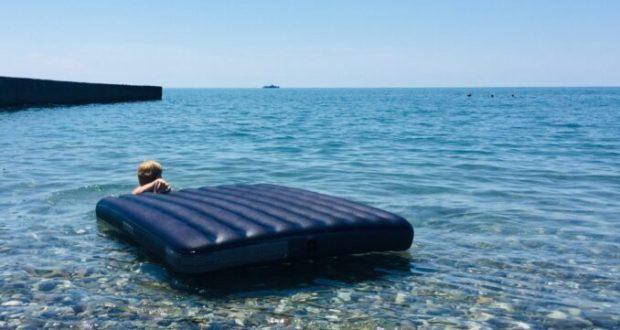 В Крыму едва не унесло в открытое море отдыхающих на надувных матрасе и круге