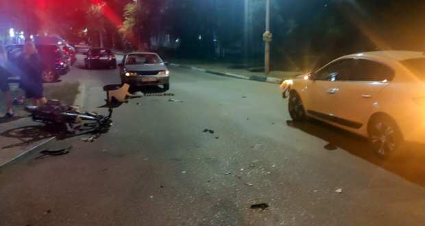 Вечернее ДТП в Керчи: пострадали подростки на мопеде