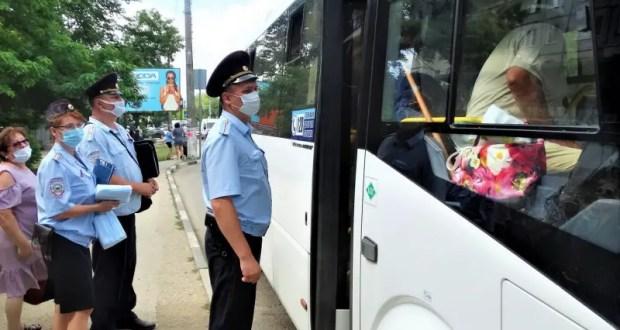 В Керчи полиция проверяют автобусы - а все ли пассажиры и водители в масках?