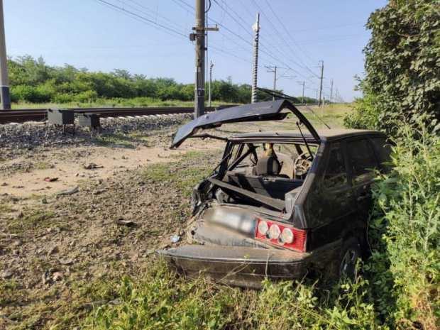 ДТП на железнодорожном переезде в Крыму: поезд протаранил ВАЗ