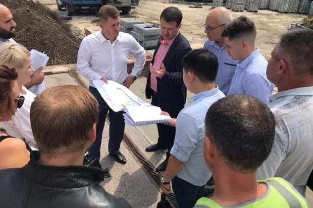 Глава администрации Симферополя проверил ход работ на площади Ленина