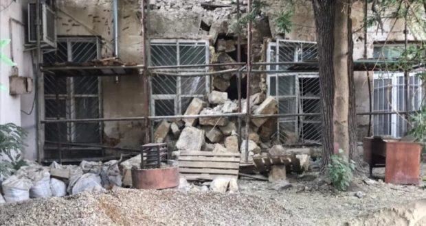 После обрушения стены здания в центре Симферополя частично перекрыта улица Пушкина