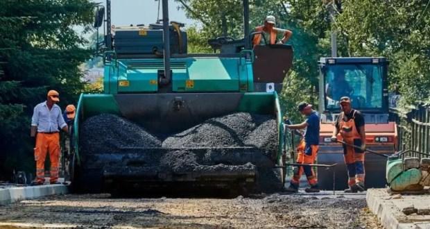 В Севастополе укладывают брусчатку и ремонтируют дорогу на улице Суворова