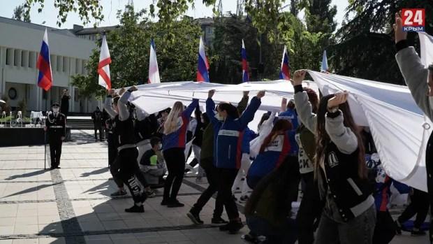 Крымские студенты устроили флешмоб в Симферополе: развернули огромный флаг России