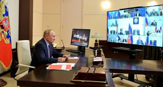 Владимир Путин поручил продумать совершенствование системы оплаты труда учителей