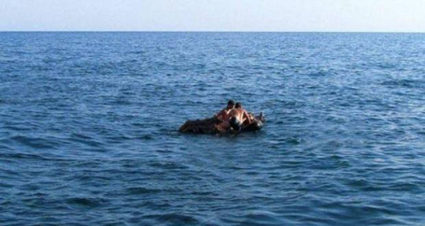 В Евпатории едва не унесло в открытое море отдыхающих на надувном матрасе